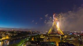 PARIS, FRANÇA - 19 DE JUNHO DE 2018: Timelapse da noite do fogo de artifício da torre Eiffel no dia de Bastille Movimento rápido filme
