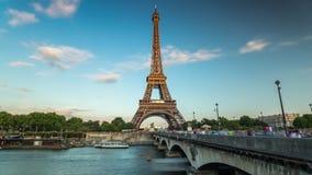PARIS, FRANÇA - 19 DE JUNHO DE 2018: Timelapse do dia da torre Eiffel Movimento rápido video estoque