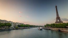 PARIS, FRANÇA - 19 DE JUNHO DE 2018: Timelapse do dia da torre Eiffel Movimento rápido filme