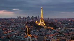 PARIS, FRANÇA - 19 DE JUNHO DE 2018: Timelapse do por do sol da noite da torre Eiffel de cima de Movimento rápido vídeos de arquivo