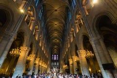 PARIS, FRANÇA - 8 DE JUNHO DE 2014: Turistas não identificados que visitam Notre Dame de Paris fotografia de stock royalty free
