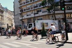 Paris, França - 28 de junho de 2015: um grupo de ciclistas imagens de stock royalty free