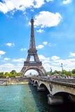 Paris, França - 19 de junho de 2015: Vista da ponte e da torre Eiffel fotografia de stock