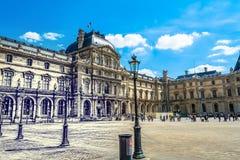 Paris, FRANÇA - 27 de maio de 2015: O Louvre em Paris em um dia ensolarado com céu azul Pirâmide que é subterrânea no museu Fotografia de Stock Royalty Free