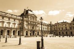 Paris, França - 27 de maio de 2015: O Louvre em Paris em um dia ensolarado Estilo retro velho Fotografia de Stock