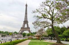 Paris, França - 15 de maio de 2015: Opinião da torre Eiffel da visita do turista de Esplanada du Trocadero Fotos de Stock Royalty Free