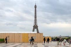 Paris, França - 15 de maio de 2015: Opinião da torre Eiffel da visita do turista de Esplanada du Trocadero Fotos de Stock