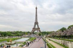 Paris, França - 15 de maio de 2015: Opinião da torre Eiffel da visita do turista de Trocadero Imagem de Stock Royalty Free