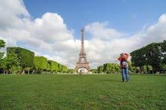 Paris, França - 15 de maio de 2015: Os povos visitam Champs de Mars no pé da torre Eiffel em Paris Imagens de Stock