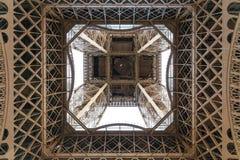 Paris, França - 1º de maio de 2017: A torre Eiffel com um dia nebuloso Imagem de Stock