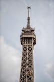 PARIS, FRANÇA - 2 DE MAIO DE 2016: Turista que toma imagens no símbolo da cidade de Eiffel da excursão fotos de stock