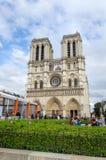 Paris, França - 14 de maio de 2015: Turistas que visitam a catedral de Notre Dame em Paris Fotografia de Stock