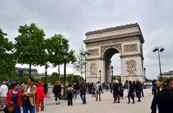 Paris, França - 14 de maio de 2015: Visita Arc de Triomphe de do turista l'Etoile em Paris Fotos de Stock Royalty Free