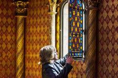 Paris, França - 14 de maio de 2015: Visita Sainte Chapelle do turista em Paris, França Fotos de Stock