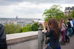 Paris, França - 13 de maio de 2013: Mulher bonita nova na plataforma de observação na construção de Montparnasse em Paris, França Foto de Stock