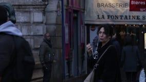 Paris, França - 21 de maio de 2018: Os povos bonitos andam em torno do centro da cidade ao longo da rua filme