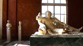 PARIS, FRANÇA - 22 de março de 2016: Galeria grega do Louvre em Paris france video estoque
