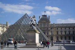 PARIS, FRANÇA - 22 DE MARÇO DE 2016: Vista do Louvre que constrói em Louvr Fotos de Stock