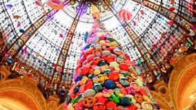 PARIS, FRANÇA - 20 de novembro de 2017 árvore de Natal com as bolas infláveis dos doces e das cookies nas galerias mundialmente f filme