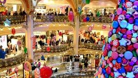 PARIS, FRANÇA - 20 de novembro de 2017 árvore de Natal com as bolas infláveis dos doces e das cookies nas galerias mundialmente f vídeos de arquivo