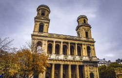 PARIS, FRANÇA - 11 DE NOVEMBRO DE 2017: Lugares e construções famosos de Paris na noite chuvosa do outono em Paris, França o 11 d imagens de stock royalty free