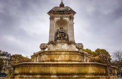 PARIS, FRANÇA - 11 DE NOVEMBRO DE 2017: Lugares e construções famosos de Paris na noite chuvosa do outono em Paris, França o 11 d imagens de stock