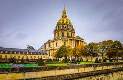 PARIS, FRANÇA - 11 DE NOVEMBRO DE 2017: Lugares e construções famosos de Paris na noite chuvosa do outono em Paris, França o 11 d fotos de stock royalty free