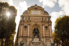 PARIS, França - 20 de outubro de 2017: Fonte do Saint Michel O Saint-Michel é uma praça pública no quarto latino imagem de stock royalty free