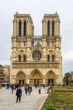 PARIS, FRANÇA - 13 DE OUTUBRO DE 2016: Notre Dame de Paris Cathedral, vista dianteira de um dos monumentos os mais populares em  imagens de stock