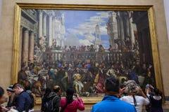 PARIS, FRANÇA - 3 de outubro de 2016: Os visitantes não identificados visitam a pintura de Paolo Veronese imagem de stock royalty free