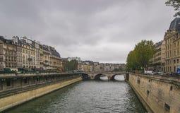 PARIS, FRANÇA - 2 DE OUTUBRO DE 2018: Seine River bonito no dia nebuloso do outono fotografia de stock