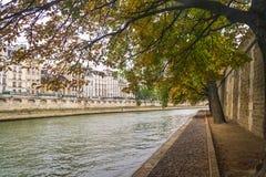 PARIS, FRANÇA - 2 DE OUTUBRO DE 2018: Seine River bonito no dia nebuloso do outono foto de stock