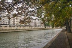 PARIS, FRANÇA - 2 DE OUTUBRO DE 2018: Seine River bonito no dia nebuloso do outono fotografia de stock royalty free