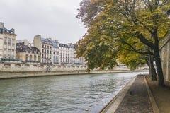 PARIS, FRANÇA - 2 DE OUTUBRO DE 2018: Seine River bonito no dia nebuloso do outono fotos de stock