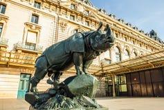 PARIS, FRANÇA - 2 DE SETEMBRO DE 2015: Estátua na frente do ` Orsay do museu D em Paris, França imagem de stock royalty free