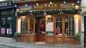 PARIS, FRANÇA - DEZEMBRO, 31, 2016 Creta grega pequena do La da taberna Decoração do Natal Fotografia de Stock