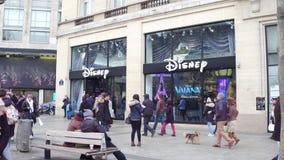 PARIS, FRANÇA - DEZEMBRO, 31, 2016 Disney armazena na rua de Champs-Elysees Foto de Stock Royalty Free