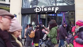 PARIS, FRANÇA - DEZEMBRO, 31, 2016 Disney armazena na rua famosa de Champs-Elysees do francês Imagens de Stock Royalty Free