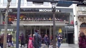 PARIS, FRANÇA - DEZEMBRO, 31, 2016 Restaurante do ` s de McDonald na rua famosa de Champs-Elysees do francês vídeo do steadicam 4 video estoque