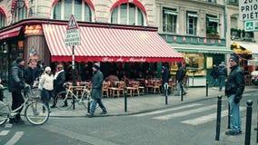 PARIS, FRANÇA - DEZEMBRO, 31, 2016 Steadicam disparou do café parisiense com toldo e do tráfego urbano na interseção da estrada video estoque