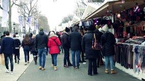 PARIS, FRANÇA - DEZEMBRO, 31, 2016 Tiro de Steadicam do mercado do Natal aglomerado e do ano novo Tendas da lembrança Imagens de Stock