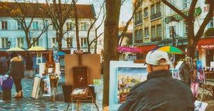 PARIS, FRANÇA - EM DEZEMBRO DE 2012: Arte dis de Montmartre da visita dos turistas Imagens de Stock