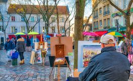 PARIS, FRANÇA - EM DEZEMBRO DE 2012: Arte dis de Montmartre da visita dos turistas Imagem de Stock Royalty Free