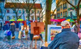PARIS, FRANÇA - EM DEZEMBRO DE 2012: Arte dis de Montmartre da visita dos turistas Imagens de Stock Royalty Free