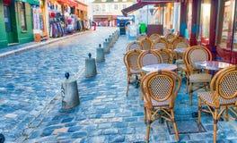 PARIS, FRANÇA - EM DEZEMBRO DE 2012: Arte dis de Montmartre da visita dos turistas Foto de Stock Royalty Free