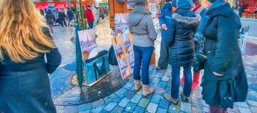 PARIS, FRANÇA - EM DEZEMBRO DE 2012: Arte dis de Montmartre da visita dos turistas Foto de Stock
