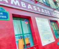 PARIS, FRANÇA - EM DEZEMBRO DE 2012: Arte dis de Montmartre da visita dos turistas Imagem de Stock