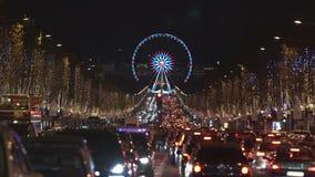 Paris - França - em dezembro de 2016 Engarrafamento em Champs-Elysees Ferris Wheel, fundo egípcio do obelisco Natal vídeos de arquivo
