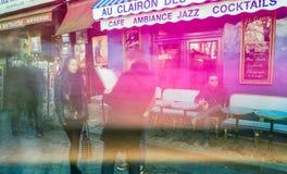 PARIS, FRANÇA - EM DEZEMBRO DE 2012: Visita Montmartre dos turistas, e longo Imagem de Stock