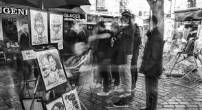 PARIS, FRANÇA - EM DEZEMBRO DE 2012: Visita Montmartre dos turistas, e longo Fotos de Stock